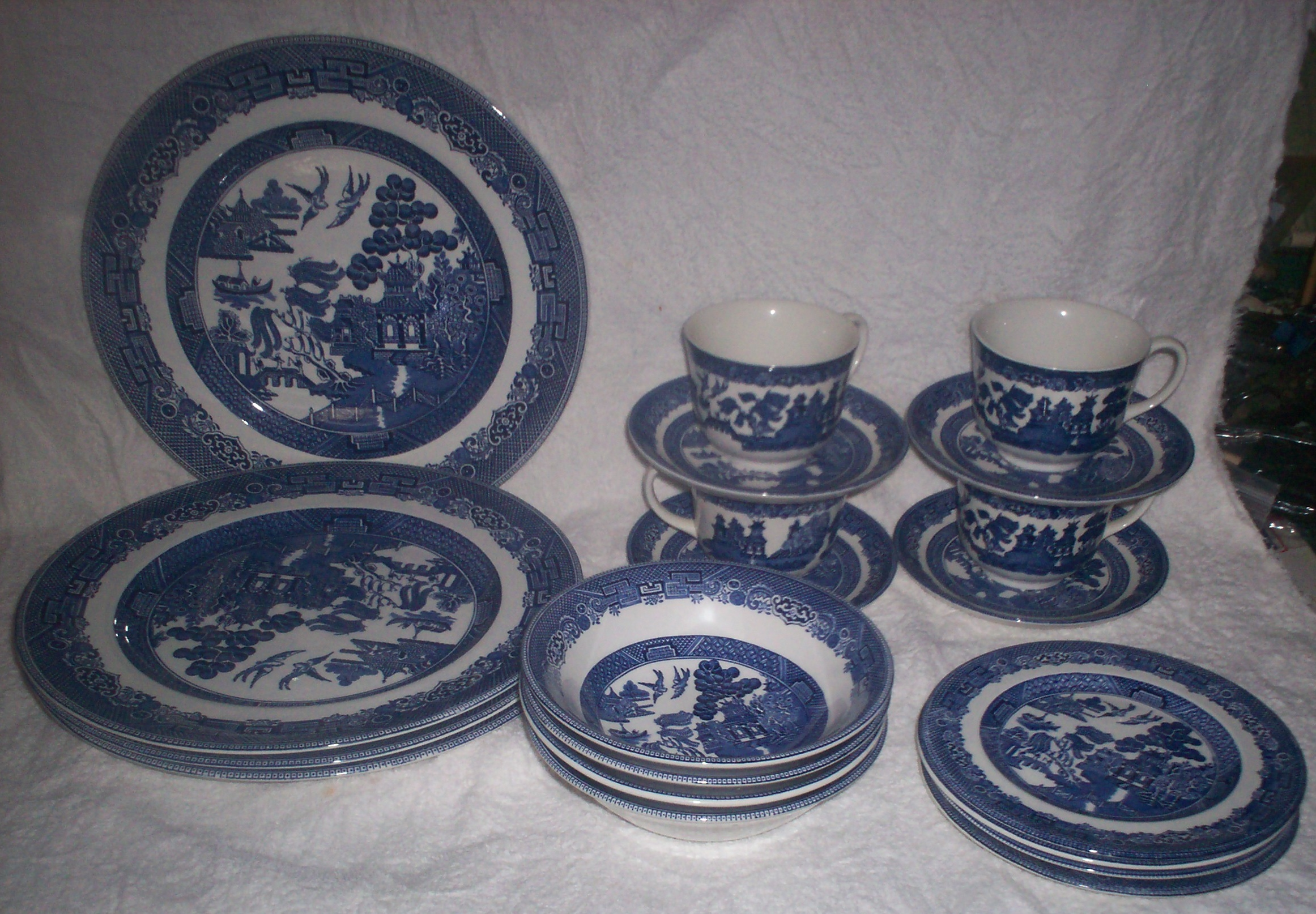 Blue Willow 27 pieces Collector Dishes