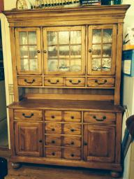 SOLID OAK BUFFET/HUTCH WITH LIGHTED CABINET