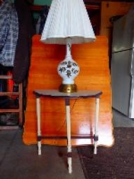 Small 3 leg table with lamp